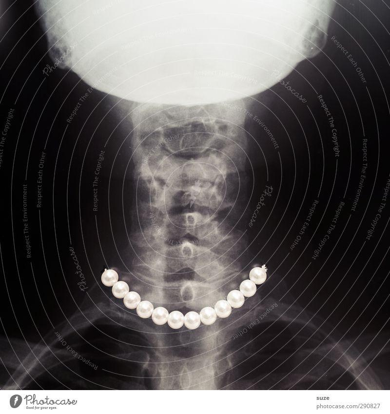 Lady in black elegant Stil Arzt außergewöhnlich lustig verrückt schwarz weiß Röntgenbild Halskette Perlenkette edel Skelett Wirbelsäule Anatomie durchleuchtet