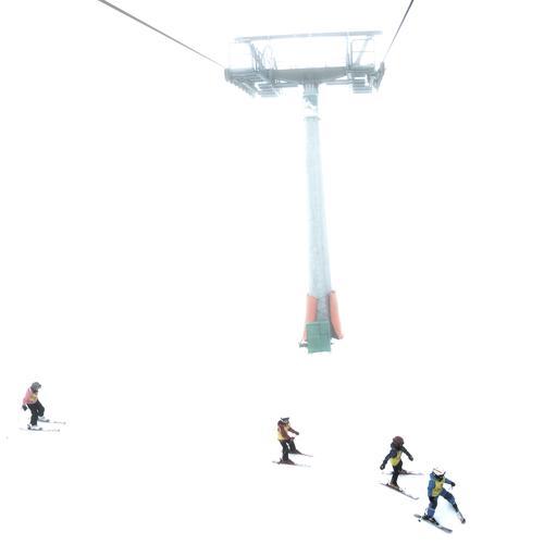 Wartet doch auf mich! Mensch Kind Ferien & Urlaub & Reisen weiß Winter Berge u. Gebirge Schnee Sport Menschengruppe Metall Zusammensein Kindheit