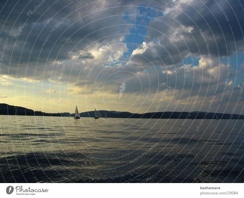Himmel, Wasser und irgendwo noch ein Schiff Wolken gelb See Wasserfahrzeug gold Horizont Segeln Schifffahrt Segelboot Wassersport Segelschiff Regatta