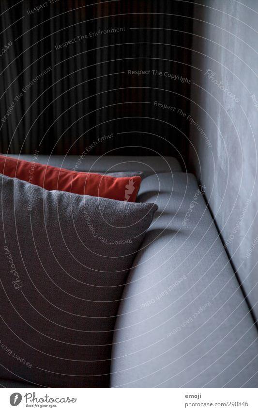 Hotel Häusliches Leben Wohnung Innenarchitektur Sofa Kissen Hotelzimmer grau rot Farbfoto Gedeckte Farben Innenaufnahme Detailaufnahme Tag Schatten Low Key