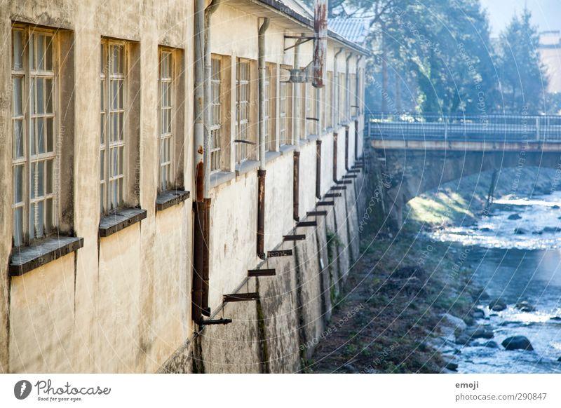 alte Fabrik Natur blau gelb Umwelt Fenster Wand Mauer Fassade Fluss Bach Industrieanlage