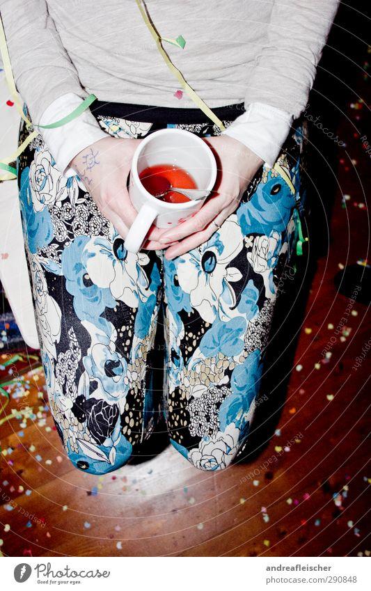 blumen feat. konfetti. Mensch Jugendliche Freude Mädchen Erwachsene Junge Frau Leben feminin Holz 18-30 Jahre Feste & Feiern Party dreckig warten ästhetisch