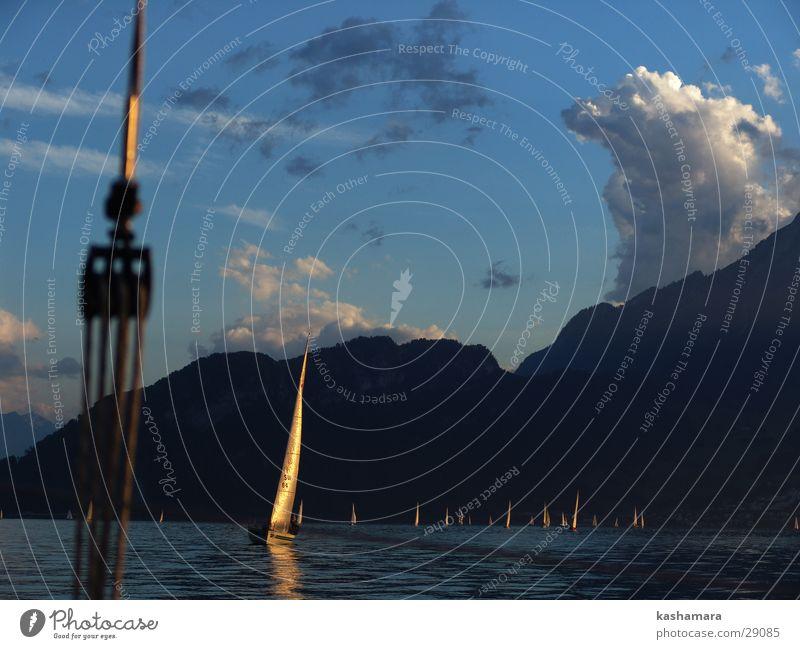 goldenes Segelschiff Himmel blau Wasser Wolken Ferne gelb Berge u. Gebirge See Horizont Wasserfahrzeug gold nah Schifffahrt Segeln Segel Segelboot