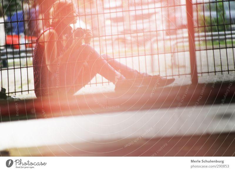 Ein bisschen einsam Merle Schulenburg Einsamkeit Licht Reflexion & Spiegelung Zaun Körperhaltung Mädchen Frau Zopf Fotokamera Canon Spiegelbild Denken