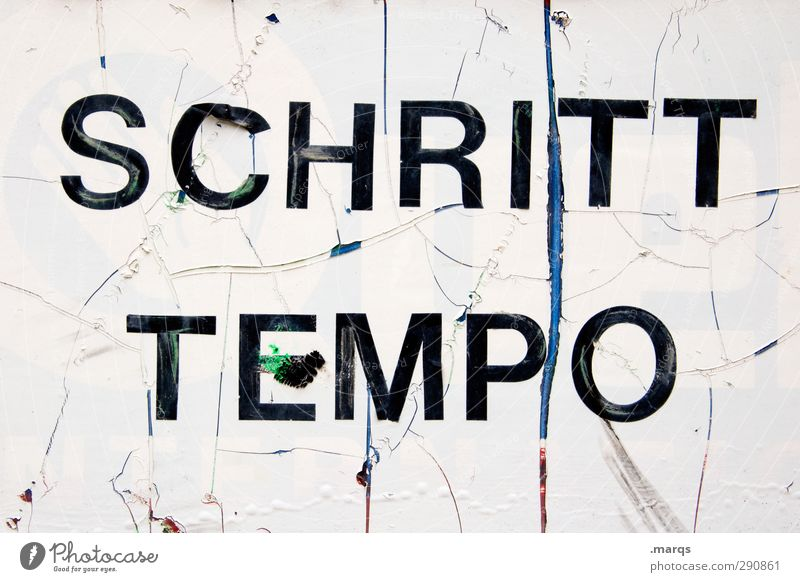 SCHRITTTEMPO alt Erholung authentisch Verkehr Design Geschwindigkeit Kommunizieren Schriftzeichen Hinweisschild kaputt einfach Zeichen Warnhinweis Warnschild