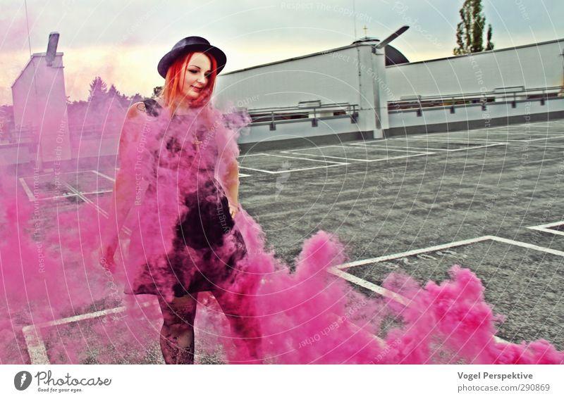 Lila Wolken feminin 1 Mensch 18-30 Jahre Jugendliche Erwachsene Kunst rothaarig stehen Tanzen außergewöhnlich violett rosa Gefühle Fröhlichkeit Lebensfreude