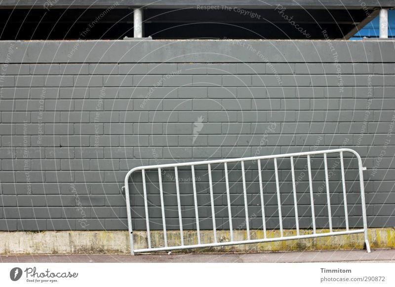 Help me through the day blau Wand Mauer grau Stein warten Beton ästhetisch kaputt Dach einfach Stahl Gitter anlehnen Absperrgitter