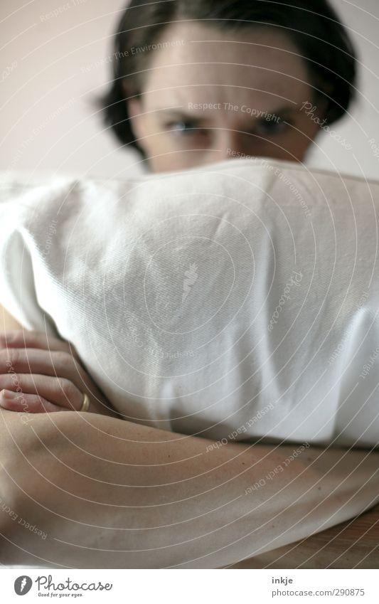 """""""der Worte sind genug gewechselt"""" Lifestyle Freizeit & Hobby Mensch Mädchen Erwachsene Leben Gesicht Arme 1 Bettdecke festhalten Blick warten Wut Gefühle"""