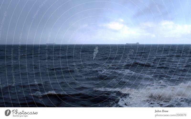 twinish II Ferne Meer Wellen Himmel Wolken Nachthimmel Horizont Küste Schifffahrt Containerschiff Öltanker Fähre Heimweh Fernweh Wellengang Wind Wetterumschwung