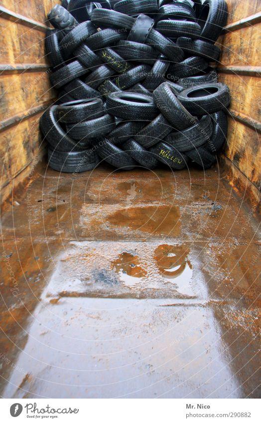 abgefahrn Container Umweltverschmutzung Umweltschutz Autoreifen Reifenprofil Gummi Gummireifen Handel leer halbvoll Stapel durcheinander schwarz Werkstatt