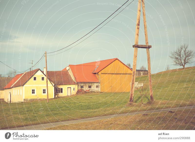 in einer heilen Welt! Natur Landschaft Himmel Gewitterwolken Sonne Herbst Winter Baum Gras Wiese Feld Hügel Dorf Menschenleer Haus Hütte Gebäude Bauernhof