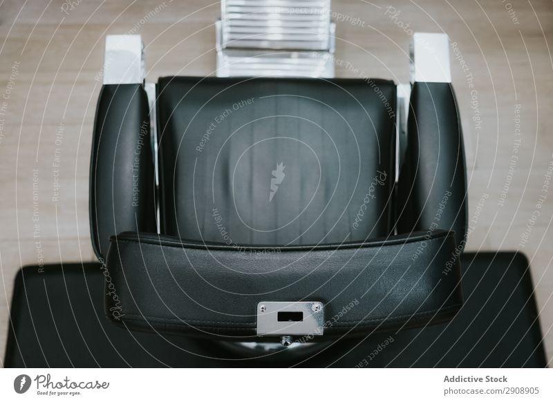 Bequemer Stuhl im Salon Friseursalon bequem Leder modern Mode Stil Fürsorge professionell trendy Haarpflege Design Behandlung Sitz Gerät Studioaufnahme