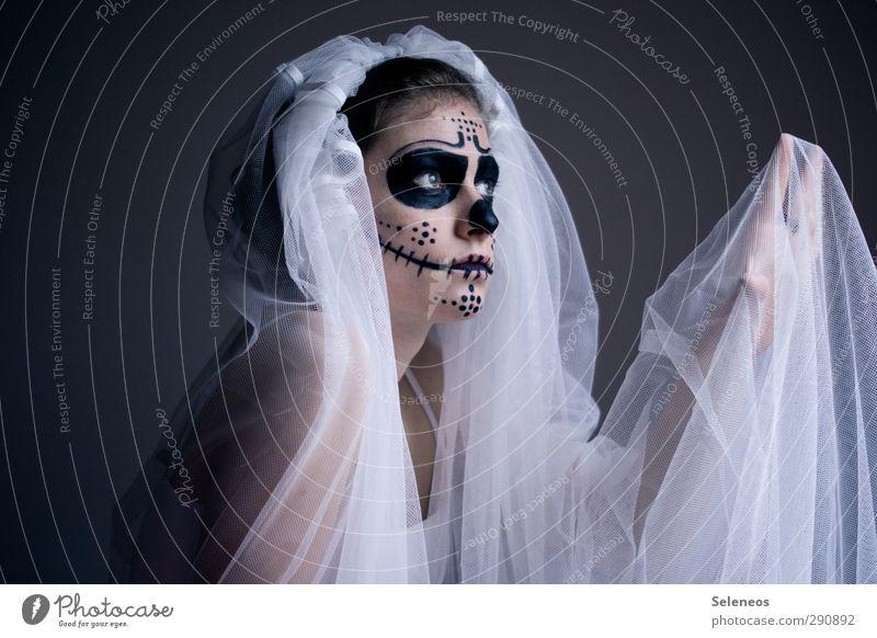 Moskitos können mir gar nichts Mensch Frau Hand Erwachsene Gesicht Auge dunkel feminin Tod Haare & Frisuren Traurigkeit Feste & Feiern Körper Haut verrückt