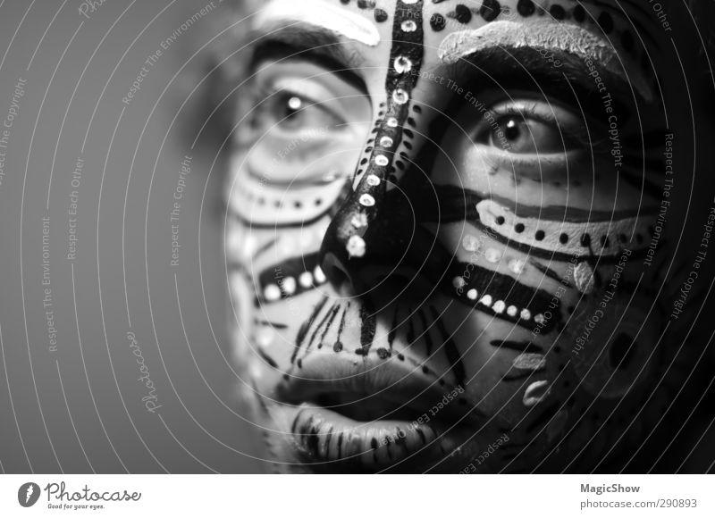 Was hast du da im Gescht? Mann Jugendliche schön Erwachsene Gesicht Auge Junger Mann Linie maskulin authentisch ästhetisch Punkt Lippen Maske Afrika verschönern