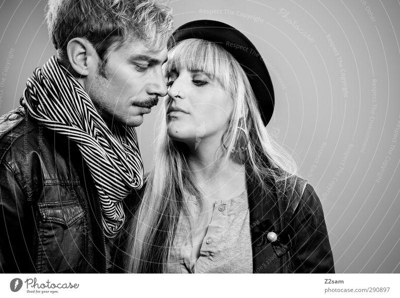 ZWEISAM Lifestyle Stil maskulin feminin Junge Frau Jugendliche Junger Mann Paar Partner 2 Mensch 18-30 Jahre Erwachsene Mode Lederjacke Accessoire Schmuck