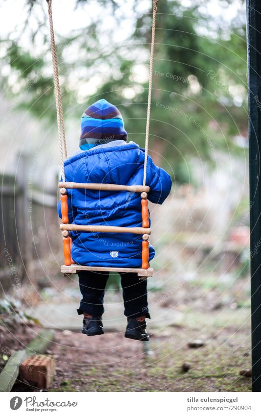mal wieder abhängen... Spielen Kinderspiel Schaukel Garten maskulin Kleinkind Kindheit 1 Mensch 1-3 Jahre Jacke Mütze schaukeln warten kalt klein blau ruhig