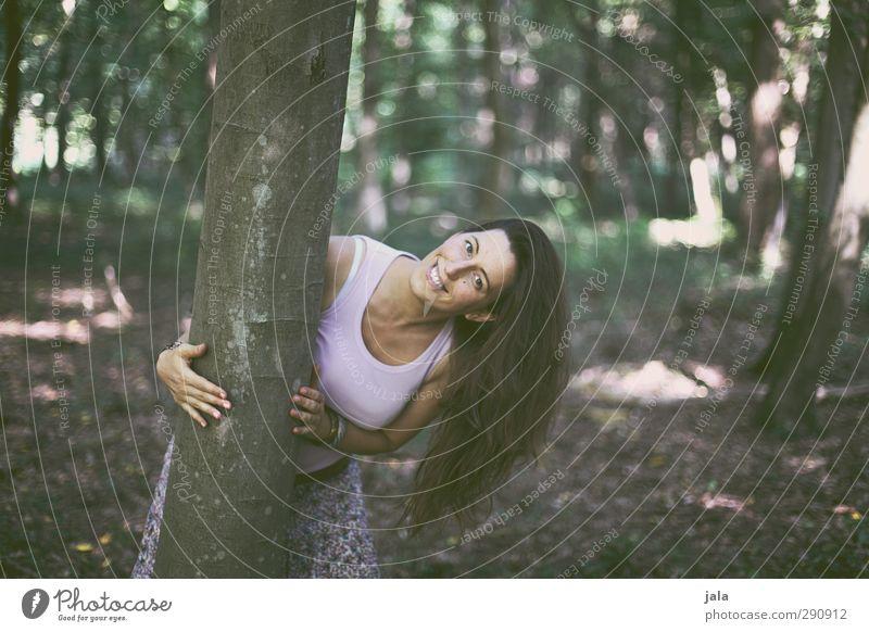 (: Mensch feminin Frau Erwachsene 1 30-45 Jahre Umwelt Natur Landschaft Pflanze Baum Wildpflanze Wald brünett langhaarig lachen Glück schön lustig Freude