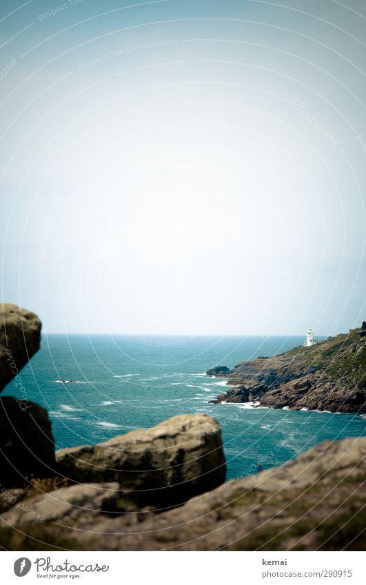 Leuchtturm Ferien & Urlaub & Reisen Freiheit Umwelt Natur Landschaft Wasser Himmel Wolkenloser Himmel Sonnenlicht Sommer Schönes Wetter Hügel Felsen Wellen
