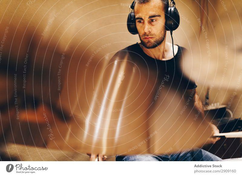 Mann mit Kopfhörern spielt am Schlagzeug Trommel Spielen positiv gutaussehend Studioaufnahme Musik professionell Jugendliche Schlagzeuger Gerät Rhythmus Klang
