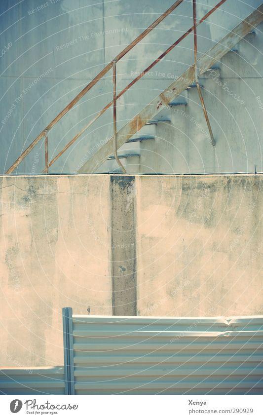 Stairway to Somewhere blau kalt Wand Mauer Metall Fassade Treppe Rost eckig Hinterhof Industrieanlage Betonwand