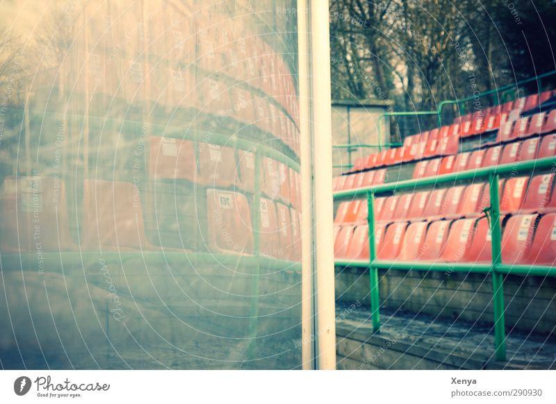 Stadion Tribüne Eisstadion Menschenleer Kunststoff retro grün orange Reflexion & Spiegelung Sitz Spielende Fensterscheibe verkratzt Außenaufnahme