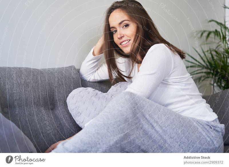 Lächelnde Frau auf der Couch sitzend Porträt heimwärts Kanapee aussruhen Sofa Erholung Glück Jugendliche attraktiv Lautstärke Wissen Lifestyle Freizeit & Hobby