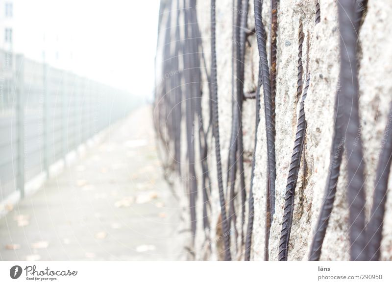 Grenzbereich Berliner Mauer Wand Denkmal Beton Metall historisch grau Grenze Kalter Krieg Zaun Verfall Farbfoto Menschenleer Tag Unschärfe