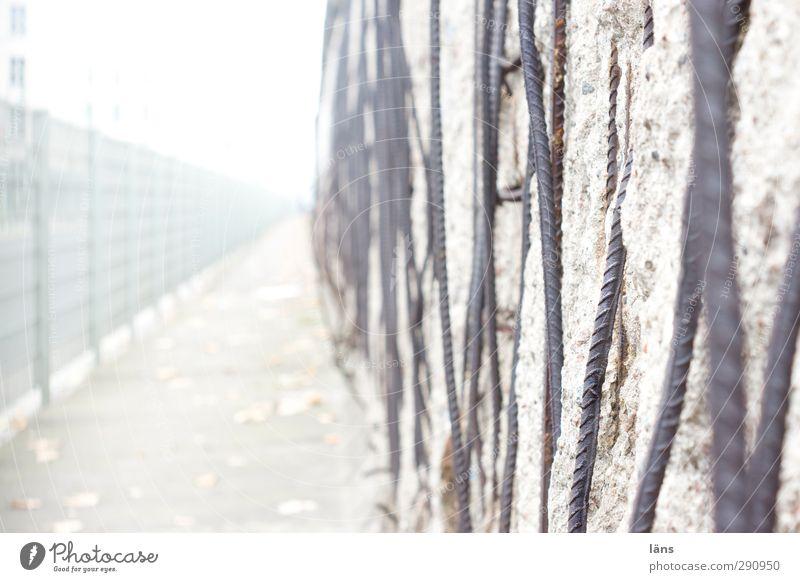 Grenzbereich Wand Mauer grau Metall Beton historisch Zaun Verfall Denkmal Grenze Berlin Material Berliner Mauer Kalter Krieg