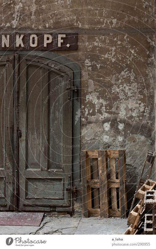 hinterhof alt Haus Wand Architektur natürlich Mauer Holz Stein braun Fassade Häusliches Leben Tür trist authentisch Schriftzeichen Beginn