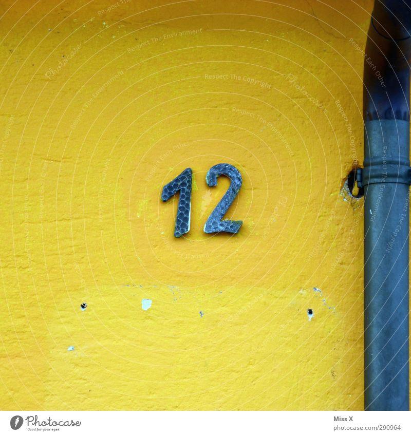 12 Zeichen Schriftzeichen Schilder & Markierungen blau gelb Haus Wand Rohrleitung Ziffern & Zahlen Hausnummer Farbfoto mehrfarbig Außenaufnahme Menschenleer