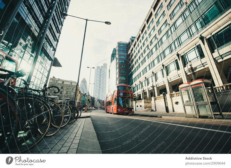 Roter Bus auf der Stadtstraße Reisebus Straße Reiten modern Außenseite rot London England Verkehr Großstadt Ferien & Urlaub & Reisen Ausflug Öffentlich Station
