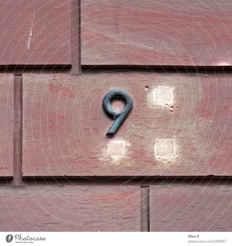 9 Zeichen Schriftzeichen Schilder & Markierungen alt Ziffern & Zahlen Hausnummer Wand Mauer Steinplatten Loch Farbfoto