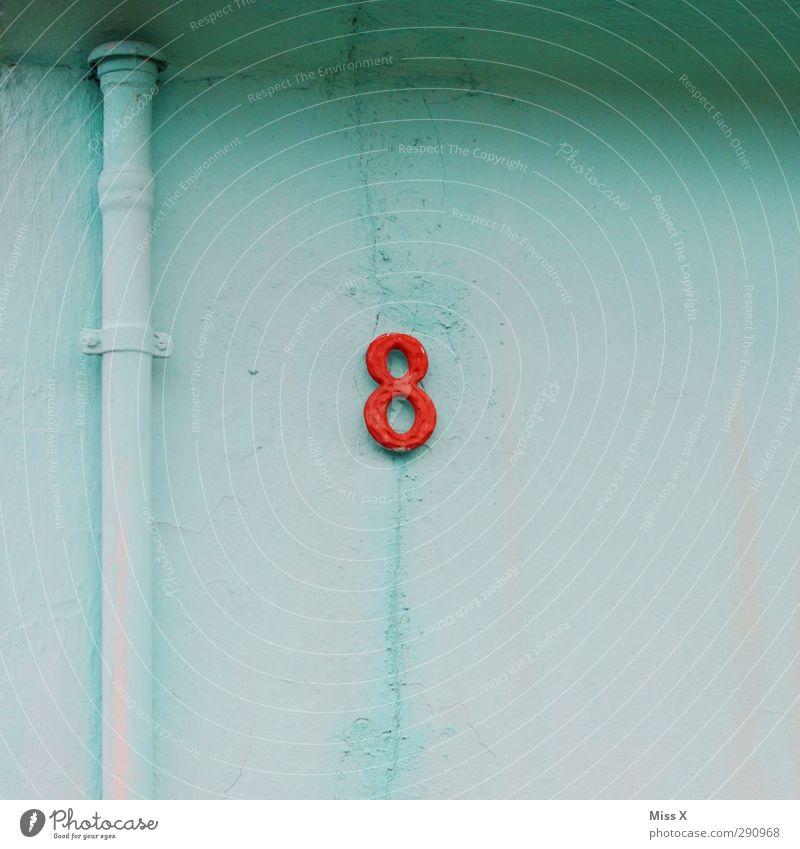 8 Zeichen Schriftzeichen Schilder & Markierungen rot hell-blau Hausnummer Wand Mauer Rohrleitung Farbfoto mehrfarbig Außenaufnahme Menschenleer