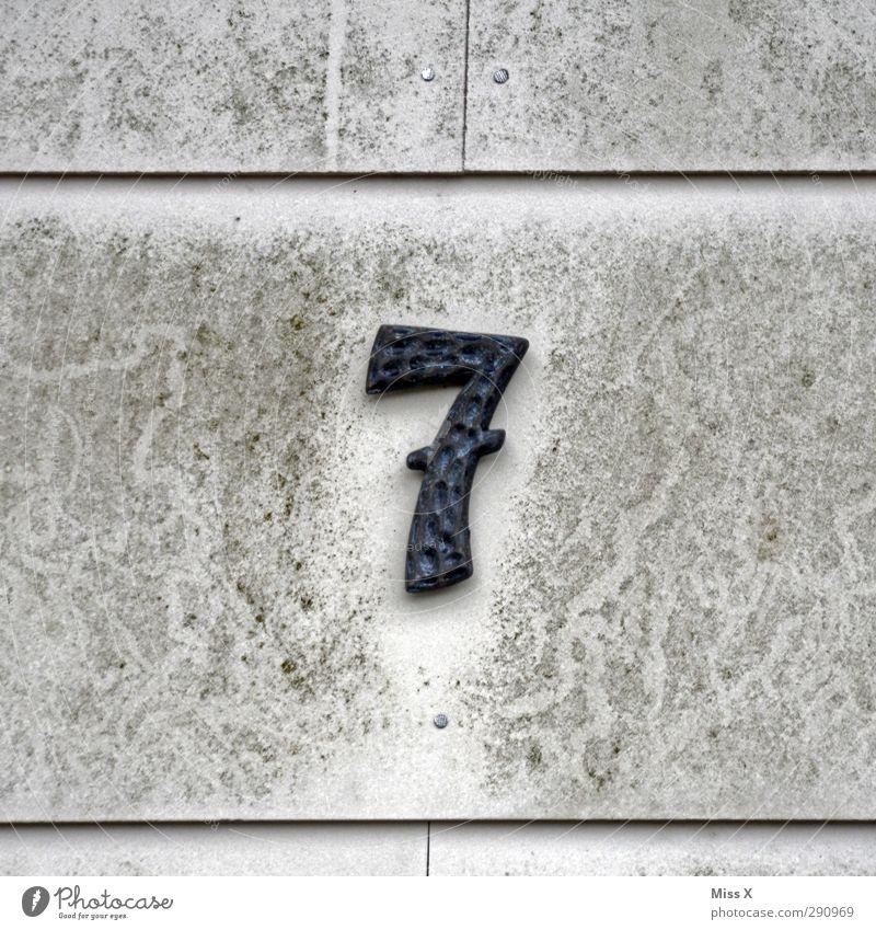 7 Zeichen Schriftzeichen Schilder & Markierungen alt dreckig grau Haus Hausnummer Wand Farbfoto Gedeckte Farben Außenaufnahme Nahaufnahme Menschenleer