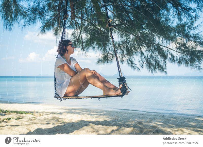 Frau in der Hängematte am Meer Strand Erholung Thailand Sonnenstrahlen Tag Barfuß Ferien & Urlaub & Reisen Paradies Sommer ruhen Lifestyle Freizeit & Hobby