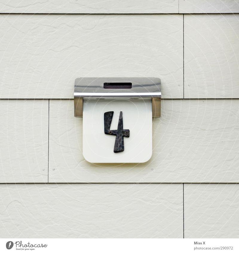 4 Zeichen Schriftzeichen Schilder & Markierungen grau Hausnummer Wand Farbfoto Außenaufnahme Nahaufnahme