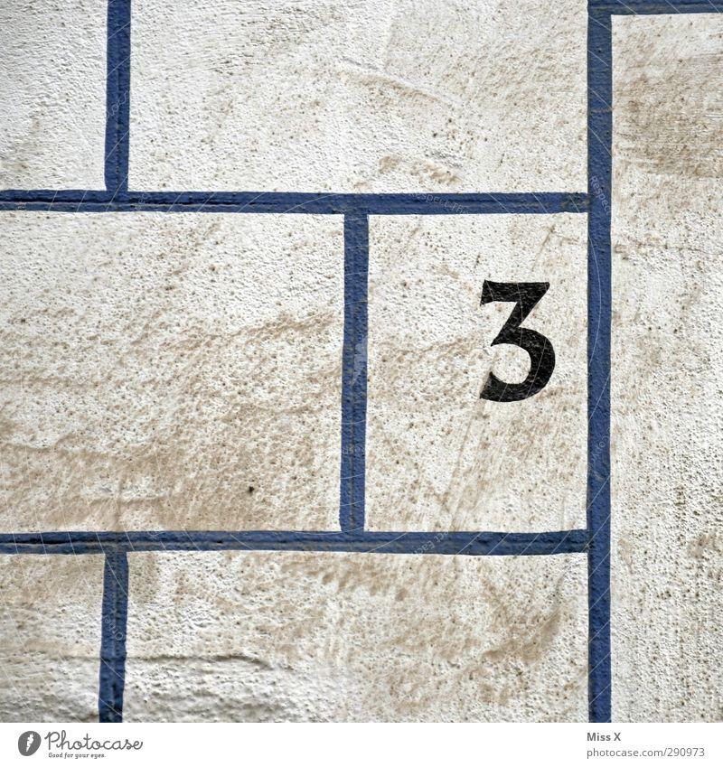 3 Zeichen Schriftzeichen Schilder & Markierungen dreckig blau Hausnummer Wand Linie Farbfoto