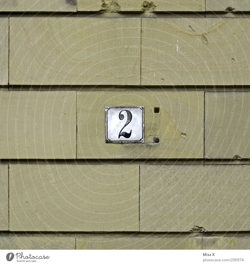 2 Zeichen Schriftzeichen alt Hausnummer Steinmauer Wand Schilder & Markierungen Loch Farbfoto Außenaufnahme Nahaufnahme Menschenleer Textfreiraum links