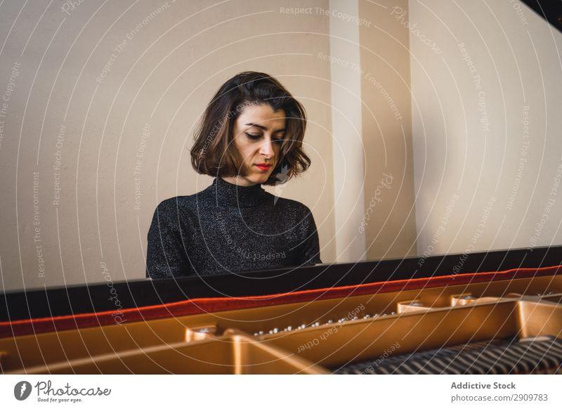 Junge Frau spielt zu Hause Klavier herumfuchteln Spielen Musik Geiger Orchester Instrument Klassik Musiker Hand Musical Mensch Schnur Leistung Sportbogen