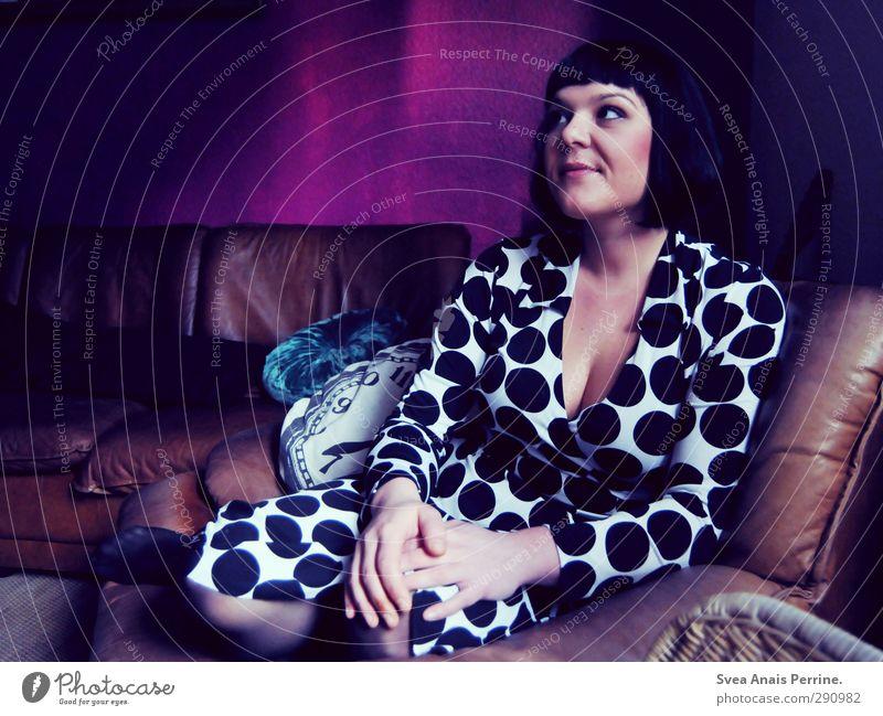 ! Frau Erwachsene Haare & Frisuren Gesicht Brust 1 Mensch 30-45 Jahre Wohnzimmer Sofa Sessel Kissen Kleid schwarzhaarig kurzhaarig sitzen träumen einzigartig