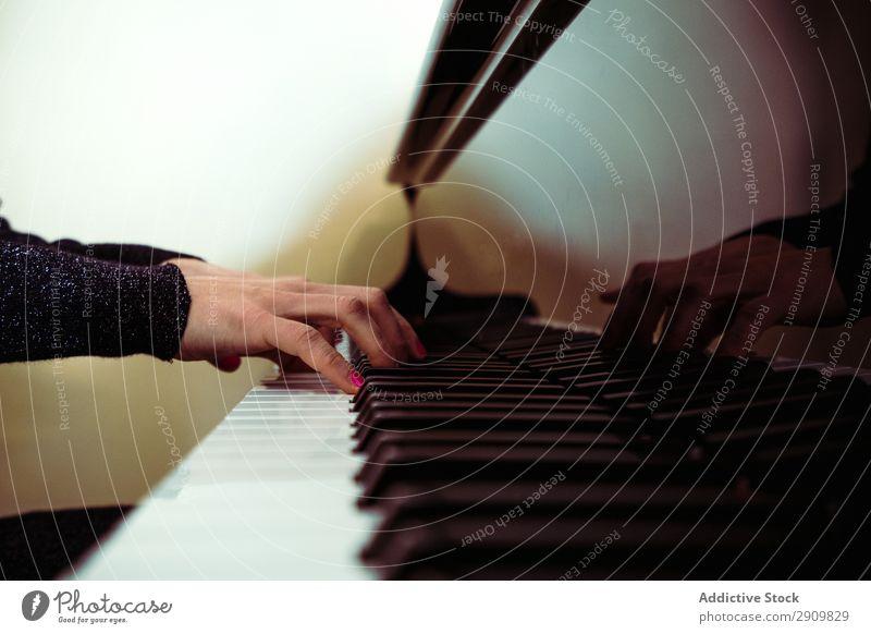 Überkopfansicht des Pianisten beim Klavierspielen zu Hause herumfuchteln Spielen Musik Geiger Orchester Instrument Klassik Musiker Hand Musical Mensch Schnur