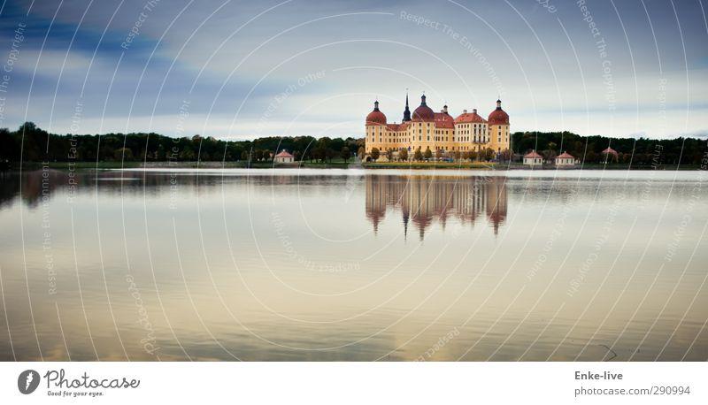 Moritzburg Umwelt Himmel Schönes Wetter Seeufer Burg oder Schloss Park Gebäude ästhetisch außergewöhnlich reich blau gelb ruhig eitel Reichtum Macht Tourismus