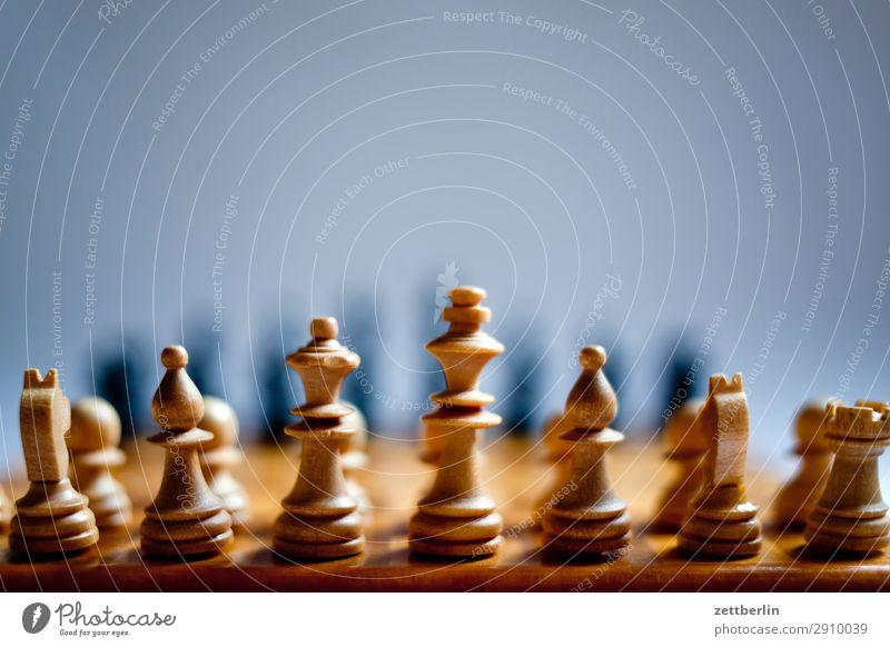 Weiß weiß schwarz Textfreiraum Spielen Erfolg Beginn Hoffnung Landwirt kämpfen Spielfigur König Anordnung Schach Problematik Schachbrett Schachfigur