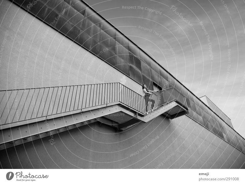 Y sw Mensch Jugendliche Haus Erwachsene Junge Frau Wand feminin Mauer 18-30 Jahre Fassade Treppe Hochhaus bedrohlich dünn Fabrik Höhe