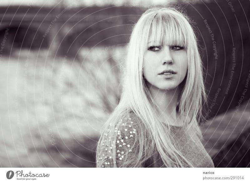 I'll go with you (b/w) Lifestyle Stil Junge Frau Jugendliche Erwachsene Leben 1 Mensch 18-30 Jahre Fluss Brücke Pullover blond langhaarig Pony drehen genießen