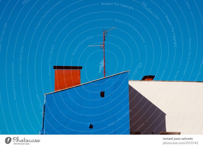 Fernsehantenne auf dem Dach im Haus Antenne Fluggerät Fernsehen Fernseher Fernsehturm Radioantenne Technik & Technologie Himmel Großstadt Gebäude Architektur
