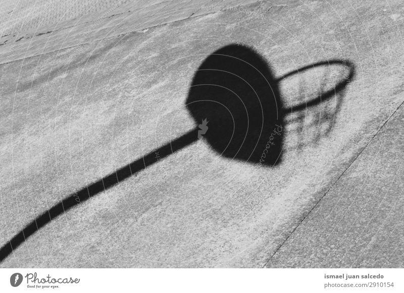 Basketball Sport Schattenriss auf dem Boden Korb Silhouette Sonnenlicht Feld Etage Spielen aussetzen Straße Park Spielplatz Außenaufnahme Hintergrund neutral