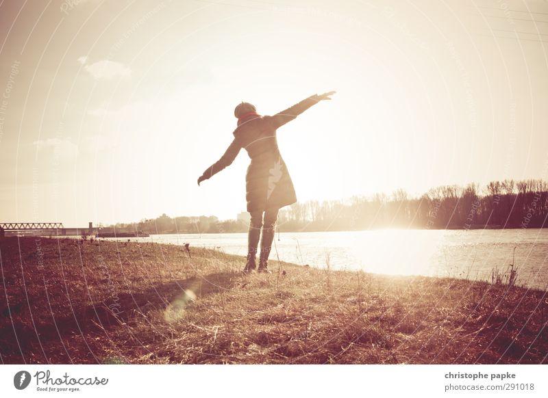 free Leben feminin Junge Frau Jugendliche Erwachsene 1 Mensch Wolkenloser Himmel Herbst Winter Schönes Wetter Küste Flussufer Jacke Mantel Tanzen Freude