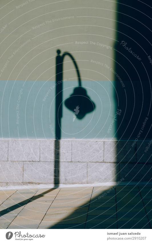Straßenbeleuchtung im Schatten Peitschenlaterne Silhouette Laternenpfahl Lampe Illumination Großstadt Beleuchtung Metall Objektfotografie Außenaufnahme