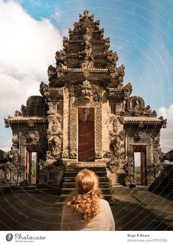 Tempelbesuch feminin Junge Frau Jugendliche Haare & Frisuren 1 Mensch rothaarig langhaarig Locken Religion & Glaube Hinduismus Indonesien Rückansicht
